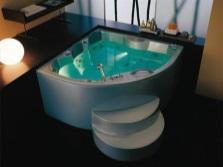 Ванна акриловая угловая со ступеньками