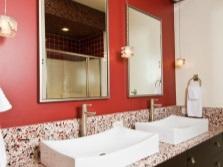 Красная ванная и белые раковины