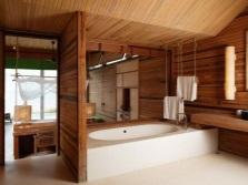 Ванная комната с отделкой из натуральной древесины