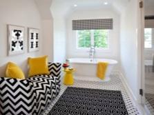 Яркие аксессуары для белой ванной комнаты