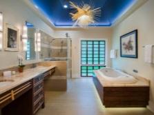 Интересное освещение модной ванной комнаты