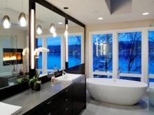 Большие зеркала в модной ванной комнате