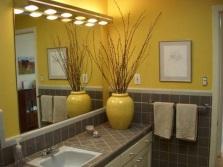 Стильная небольшая ванная с большим зеркалом