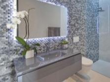 Подвесная мебель в модной ванной
