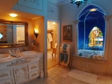 Мозаичное панно на стене ванной комнаты