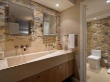 Натуральный материал для отделки стен ванной - дерево