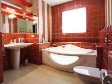Яркая керамика на стенах ванной