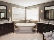Шкафы в большой ванной комнате