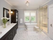 Шифоньеры и тумбы в большой ванной