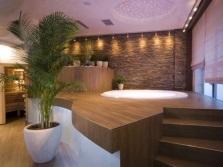 Большая ванная комната с отделкой деревом
