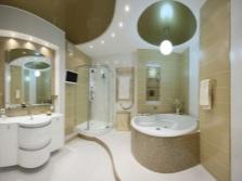 Яркое освещение большой ванной комнаты