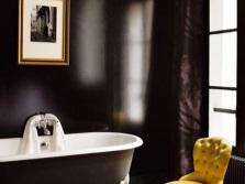 Коричневая ванная в сочетание с же желтыми аксессуарами