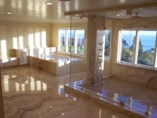 Ванная комната с натяжным потолком и облицованная мрамором