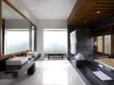 Правильно размещенная сантехника в просторной ванной