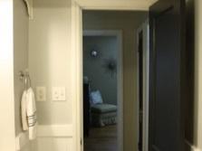 Полки над дверью ванны маленького размера