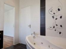 Контрастная плитка для визуального увеличения ванной