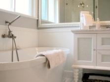 Зеркало в небольшой ванной комнате