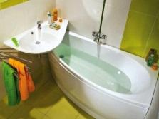 Угловая маленькая ванна в интерьере ванной комнаты