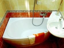 Маленькая ванная комната с небольшой ванной