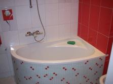 Угловая мини-ванна для ванной комнаты