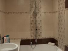 Вставки декоративной плитки на стенах ванной комнаты