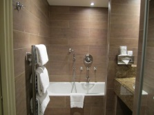 Керамогранитная плитка для облицовки ванной комнаты