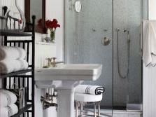 Небольшая ванная комната с необходимыми аксесуарами