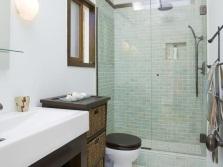 Небольшая ванная комната в светлых оттенках