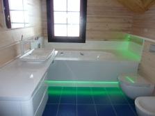 Яркая напольная подсветка для ванной