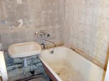 Демонтаж старого покрытия в ванной комнате