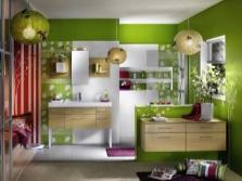 Деревянная мебель в салатовой ванной