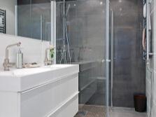 Сочетание серого с черным в ванной