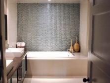 Комбинирование серого с белым в облицовке ванной
