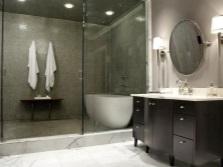 Контрастная тумба в серой ванной комнате