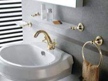 Серая ванная с позолоченными аксессуарами