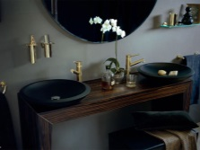 Шикарные аксессуары для серой ванной