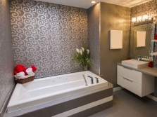 Декорация на серых стенах в ванной