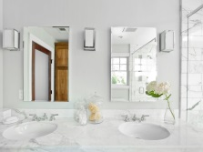 Светло-серая ванная комната с цветами