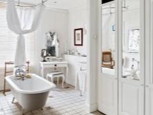Окно в ванной и хорошее освещение для столика в ванной