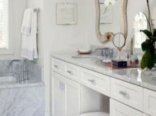Удобные и функциональные столики в ванной