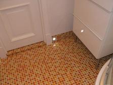 Порожек в ванной декорированный мозаикой