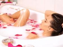 Ванна Клеопатры с молоком и лепестками роз