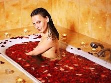 Ванна с большим количеством лепестков роз