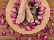 Ванна для ног с лепестками роз