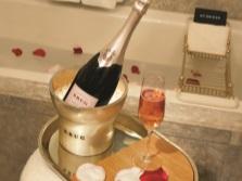 Ванна с лепестками роз и шампанским