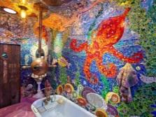 Насыщенные цвета в ванной с морской тематикой