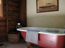 Ванна на ножках в ванной в стиле кантри