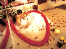 Ванна для двоих с лепестками роз