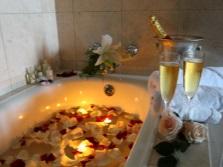 Романтическая обстановка в ванной комнате