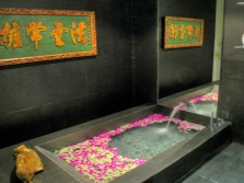 Ванна на двоих с цветами